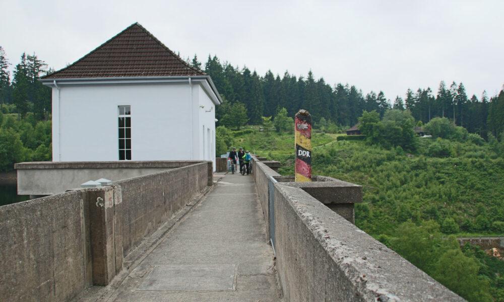 Grænseskellet på Eckertal-dæmningen. Kilde: Eget arkiv.