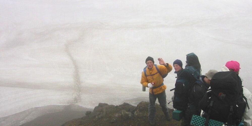 Vandretur i sneen vest for Hrafntinnusker. Kilde: Eget arkiv.